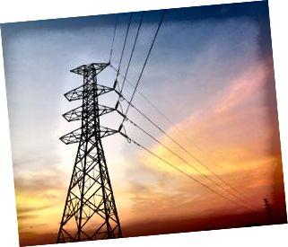 Low Angle View von Silhouette Strommast gegen dramatischen Himmel während des Sonnenuntergangs