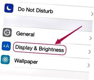 Passen Sie die Bildschirmbeleuchtung im Bereich Anzeige & Helligkeit an.