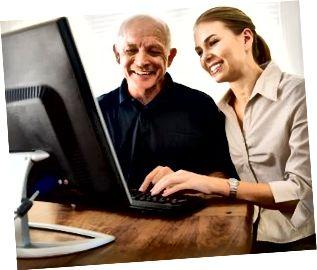 Frau hilft Mann mit Computer
