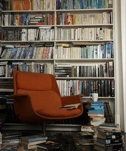 comoda sedia circondata da libri