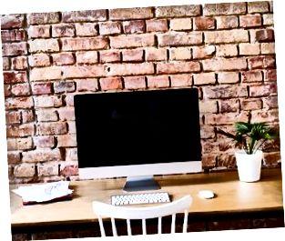 Area di lavoro al muro di mattoni in ufficio