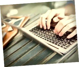 Händer som skriver på bärbar dator - arbete var som helst koncept (selektiv fokus)
