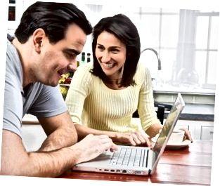 Par som använder bärbar dator