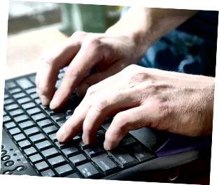 Mann, der auf Tastatur schreibt