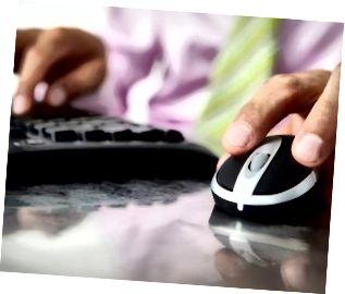 Close-up homem usando teclado e mouse
