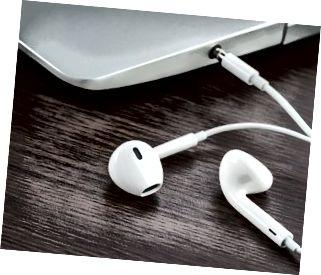 earphone na may laptop sa kahoy na desk
