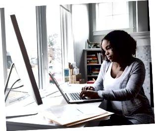 Mujer que trabaja en la computadora portátil en la oficina en casa