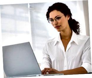 Forretningskvinde bruger bærbar computer