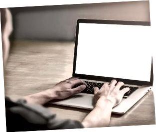 Mand bruger bærbar computer.
