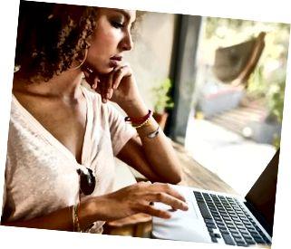 Junge afrikanische Frau, die im Kaffeehaus arbeitet