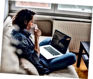 Beschnittenes Bild der Frau, die Laptop mit leerem Bildschirm verwendet