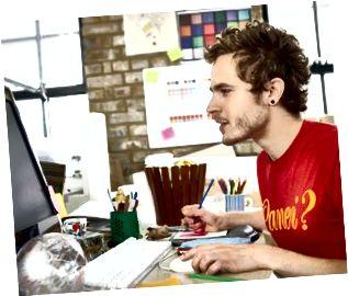 Designer konzentriert sich auf seine Arbeit am Computer