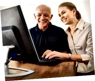 Uomo d'aiuto della donna con il computer