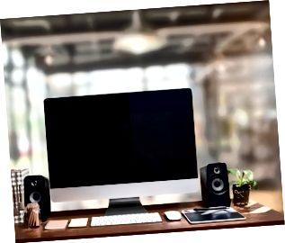 Arbejdsområde mockup med stationær computer med sort skærm