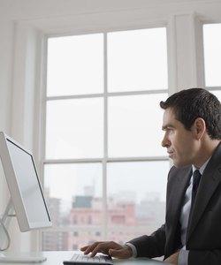 Geschäftsmann sitzt am Schreibtisch mit Computer