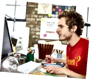 Designer, der fokuserer på sit arbejde på computeren