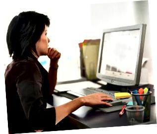 Donna di affari che lavora con il computer