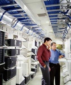 Dva poslovneža, ki uporabljata računalnik v strežniški sobi