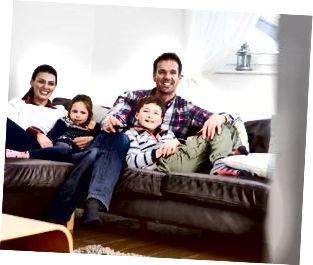 Ģimene, kas atpūšas telpās, kopā skatās televīziju