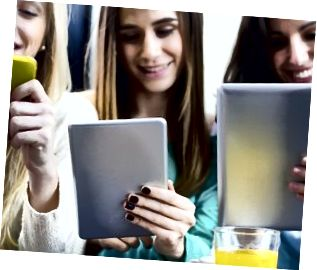 Vänner surfar på nätet med smartphones och digitala surfplattor