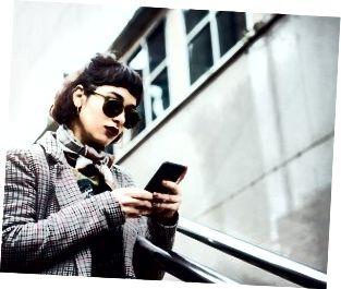 Vinterstående av en ung kvinna i sms-staden