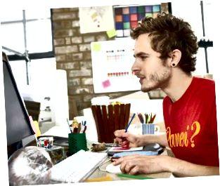 Дизайнер компьютердегі жұмысына көп көңіл бөледі