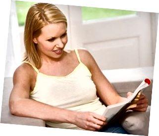 Kvinna som läser tidningen