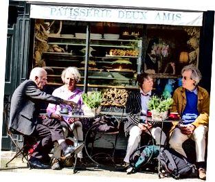 Folk sidder på en café