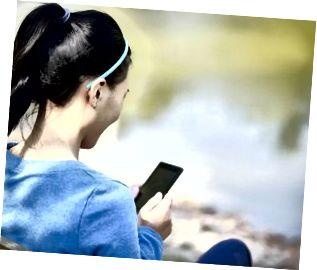 universitetsstuderende bruger smart telefon på campus