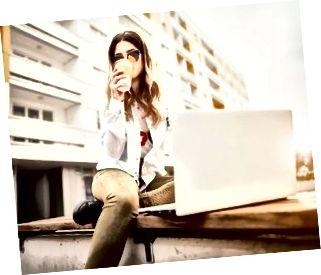 Junge Frau mit einem Buch und Kaffee.