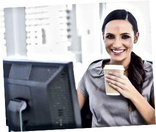 Caffè bevente attraente ed incoraggiare della donna di affari