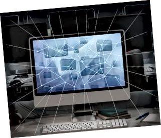 Computadora en oficina oscura, líneas de red radiantes