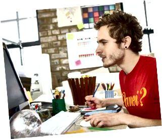 Designer som fokuserar på sitt arbete på datorn