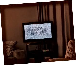 Soggiorno oscurato con rumore statico sullo schermo della TV