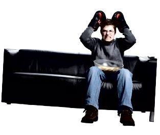 L'uomo guarda la boxe in TV