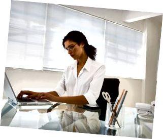 Mulher que trabalha em um escritório