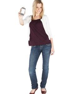 Donna che posa con lo smartphone
