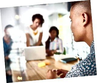 Gruppo multietnico di imprenditori di successo creativi che utilizzano a