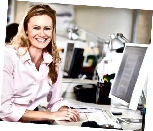 Donna che lavora allo scrittorio in ufficio creativo occupato