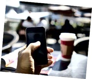korzystanie z telefonu komórkowego w kawiarni