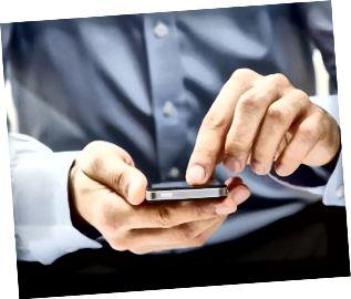 Nærbillede af en mand ved hjælp af smart telefon