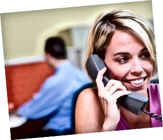 Nærbillede af en forretningskvinde, der taler på en telefon på et kontor