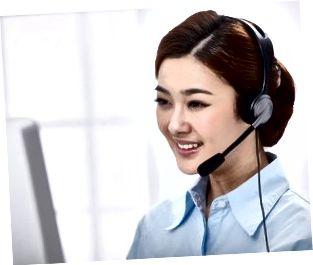 Mujer de negocios joven usando auriculares