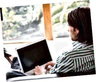 Hombre con una computadora portátil