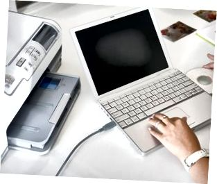 Hände mit Laptop und Drucker