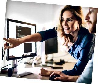 Software-Ingenieure, die im Unternehmen an Projekt und Programmierung arbeiten