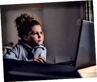 Ung pige, der arbejder på en bærbar computer