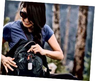Larawan ng isang hiker na may isang long-range na goTenna Mesh, off-the-grid antenna na nakakabit sa kanyang backpack.