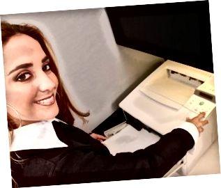 La giovane femmina bionda è impiegato al fax
