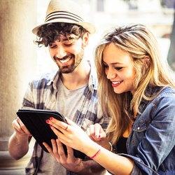 Freunde, die Multimedia-Inhalte auf einem digitalen Tablet ansehen